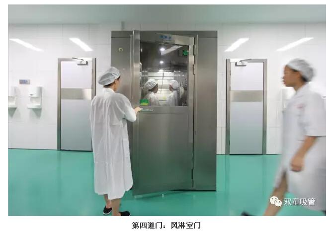 员工们洗手消毒后进入第四道风淋室门.
